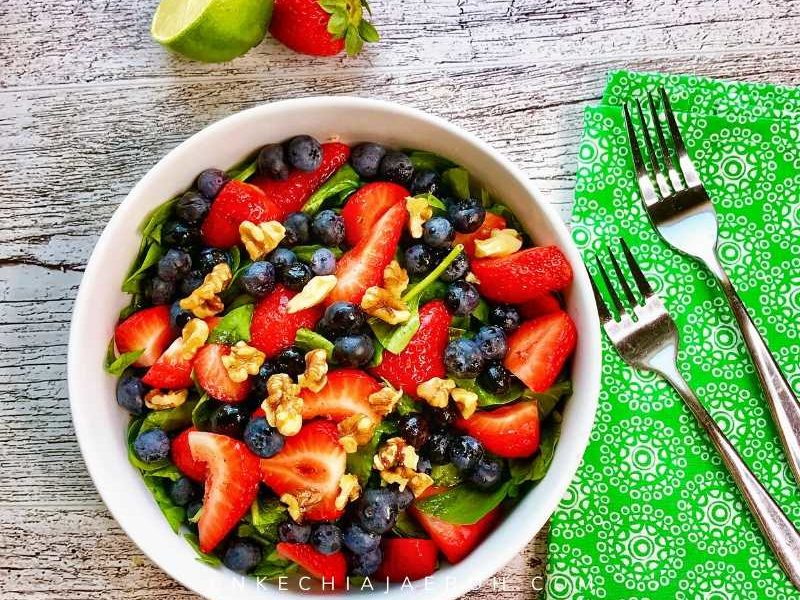 Healthy and delicious mixed berry spinach salad recipe with lime and olive oil dressing