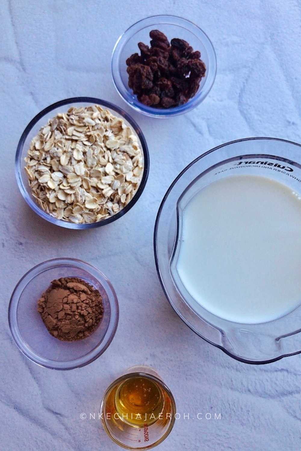 ingredients for this recipe includes oats or oatmeal (well, hello), raw cacao, raisins, plant-based milk, and honey. You can use another sweetener of choice, such as maple syrup if you do like honey, and you guessed right, this recipe only needs five ingredients!