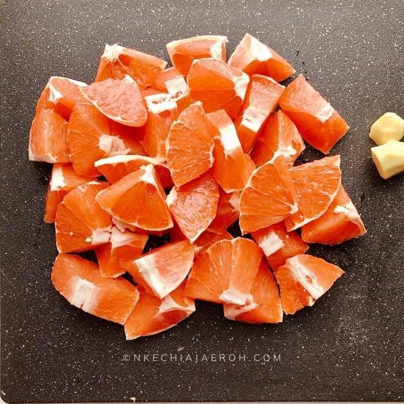 Cut the grapefruit accordingly