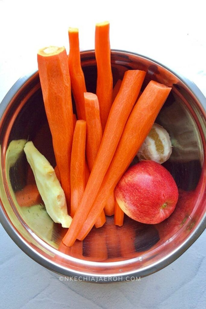 The ingredients for making this homemade carrot juice are easy, and as I mentioned before, all of them are readily available! Carrots, Ginger, Lemon, and Orange, which is optional.